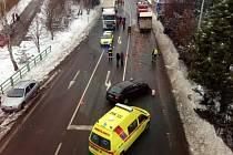 Hrůzostrašně vypadala nehoda černé Škody Octavia, která se stala v pondělí po třinácté hodině v Náchodě na hlavním tahu na výjezdu z města směrem na Českou Skalici, kde se silnice rozbíhá ve tři jízdní pruhy.