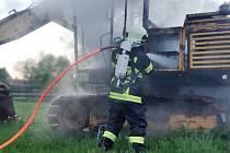 Hořely dům i bagr. Nad požáry visí otazníky.