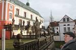 Vyražené okno se roztříštilo na dlažbě broumovského klášterního kostela sv. Vojtěcha.
