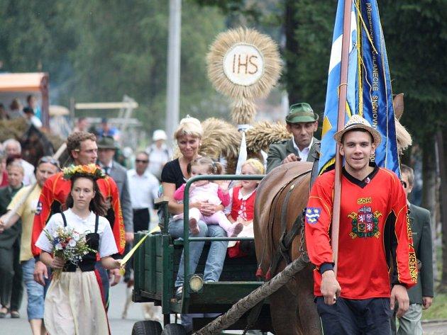 V sobotu hodinu po poledni vyrazil průvod napříč obcí na oslavu dožínek.