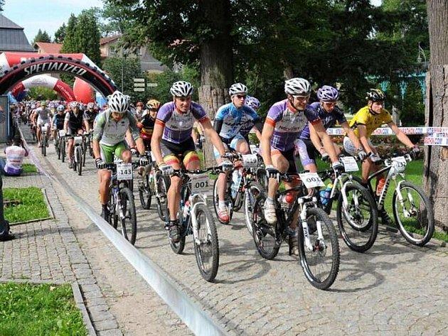 Peloton etapového závodu horských kol, Sudety MTB Challenge 2011, pomalu míří k cílovému bodu letošního ročníku, kterým bude dnes Kudowa Zdrój.