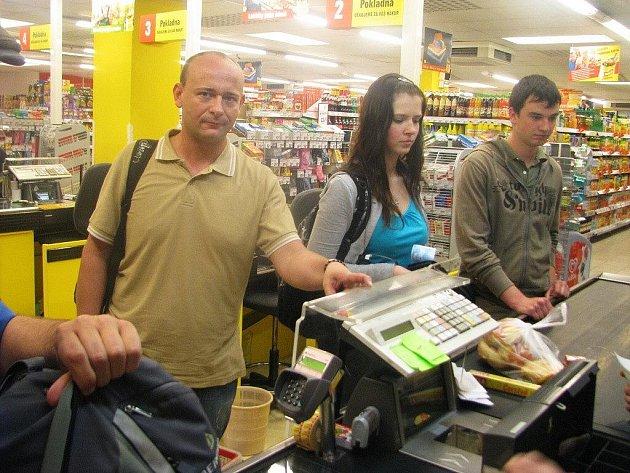 David Novotný , organizátor charity, nám ukazuje místo, na které si položil svůj mobilní telefon. Než stačil zaplatit  nákup, mobil byl pryč.