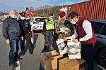 Město Náchod darovalo vojákům na hranicích 400 respirátorů typu FFP1 a firma Batist dalších 100 kusů. Příslušníci Celní správy dostali darem 250 nanoroušek a náchodští policisté 300 kusů.