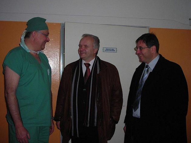 Miroslav Švábl (vlevo),  Pavel Svoboda (uprostřed) a  Jiří Veselý v broumovské nemocnici, které nyní začíná aktuálně hrozit zrušení chirurgického oddělení.