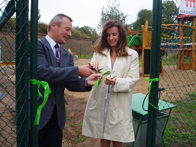 Místostarosta František Vrabec otevírá společně s Šárkou Beránkovou  z ČEZu nové dětské hřiště v Josefově.