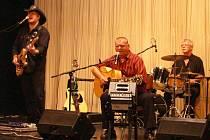 Písničkář František Nedvěd (uprostřed) se svoji skupinou muzicíroval v Divadle J. K. Tyla. F
