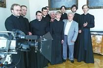 Jakub Štěpán (mladý blonďák uprostřed) ztvární v dokumentu o kardinálu Josefu Beranovi roli mladého Josefa.