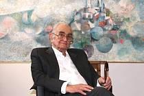 PAN UMĚLEC Vladimír Rocman, sedící pod svým rozměrným nádherným obrazem zachycujícím jeho uměleckým pohledem Nové Město nad Metují.