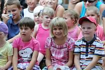 ZÁRUKU velké návštěvnosti mají odpolední pohádky v parku Aloise Jiráska. Děti nezklamou a děj vždy prožívají.