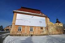 Na rozměrné ploše lze vidět sněhobílé prostředí Antarktidy s polehávajícími či promenujícími se tučňáky, do něhož zavádí jako do města nebo obce tabule s anglicky psaným názvem Nothing, tedy česky Nic.