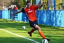 Nová tvář v dresu divizního Náchoda, Radek Korba, zastavuje míč v utkání v Dobrovici.