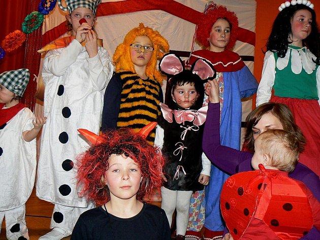 Pellyho domy oživil jásot dětí v maskách, karneval se nesl ve znamení tance a soutěží.