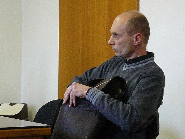 Obžalovaný Jaroslav Kohout, čelí obžalobě, že uplácel úřednici Městského úřadu v Náchodě. Hrozí mu až tři roky vězení.