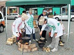 Pět týmů v Polici soutěžilo ve vaření zelňačky.