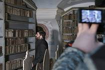 Krásy klášterní knihovny si můžete užít z pohodlí domova