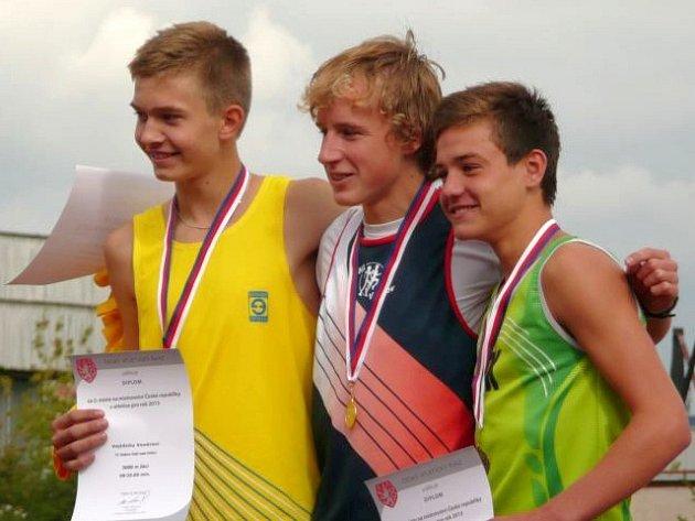 BRONZOVÝ na 3000 metrů, Vojtěch Hájek (zelený dres) ze SK Nové Město nad Metují.