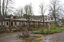 Již tento týden budou zahájeny bourací práce v areálu lázní Běloves. Na základě platného povolení k demolici budou zbourány objekty s narušenou statikou, bez střechy, které bezprostředně hrozí zřícením.