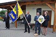 Starosta obce Oldřich Rezek definitivně převzal u obecního úřadu nový obecní prapor.