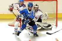 Rozhodující páté finále 2. Národní hokejbalové ligy zvládlo lépe béčko Letohradu (v modrém), které vyhrálo v Hronově 5:3.