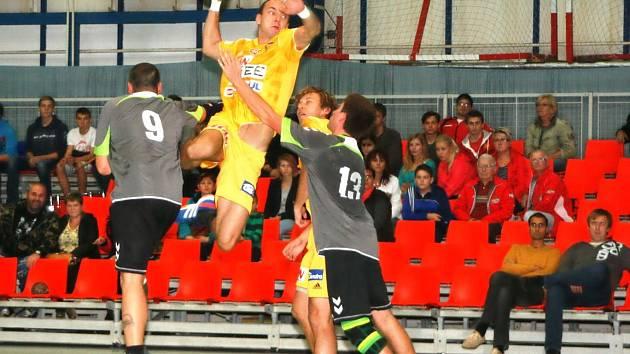 PROTI ZFORMOVANÉ náchodské obraně se hráči pražské Dukly (ve žlutém) prosazovali jen velmi složitě.