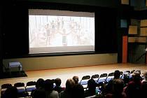Do hlediště kina na promítání Dámy na kolejích téměř stovka diváků – to je číslo, o kterém si klasická kina v okolí mohou nechat zdát. Pravda... – tam také nemají vstupné a občerstvení zdarma.