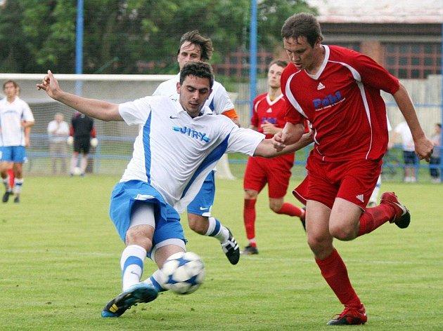 Fotbalisté Jaroměře (v červeném) se o překvapení nepostarali. Favorizovaný Převýšov vyhrál v krajském finále 5:1.