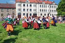 """V pěti programových dnech se v 15 samostatných blocích představily soubory z celého světa a proměnily město ve střed folklorního světa. Mezinárodní folklorní festival """"Červený Kostelec"""" je nejvýznamnější akcí tohoto charakteru v rámci našeho kraje."""