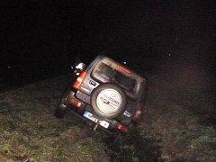Havarovné vozidlo spadlo do strouhy, kam začaly vytékat provozní náplně.