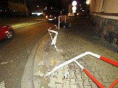 KAMION si málo nadjel a pravým bokem poškodil kovové zábradlí podél chodníku.