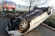 Osobní vozidlo skončilo na střeše a blokovalo jízdní pruh za Policí nad Metují směrem na Bezděkov. Nehoda se obešla bez zranění. Hasiči vrátili vozidlo zpět na kola a umístili jej mimo vozovku.
