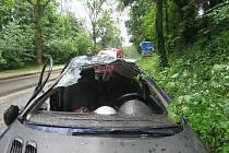 V Meziměstí v Tovární ulici ve středu 15. 5. dopoledne havarovalo osobní auto Peugeot. Pětadvacetiletá řidička jela směrem na obec Jetřichov a při průjezdu pravotočivé zatáčky se údajně lekla protijedoucího autobusu.