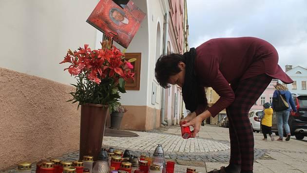 U pietního místa před divadlem v Broumově se lidé mohou symbolicky rozloučit s Karlem Gottem. Foto: Deník/Jiří Řezník