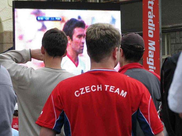 Fanoušci fotbalu sledovali utkání mezi Českou republikou a Portugalskem také v Náchodě na náměstí společně s rádiem Magic.