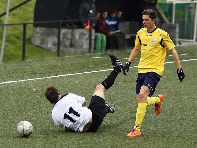 Souboj novoměstského útočníka Martina Klikara (ve žlutém) s Michalem Bárnetem skončil faulem domácího hráče.