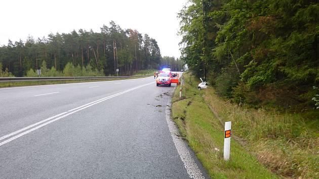 Auto vyjelo ze silnice, zranili se v něm dva lidé
