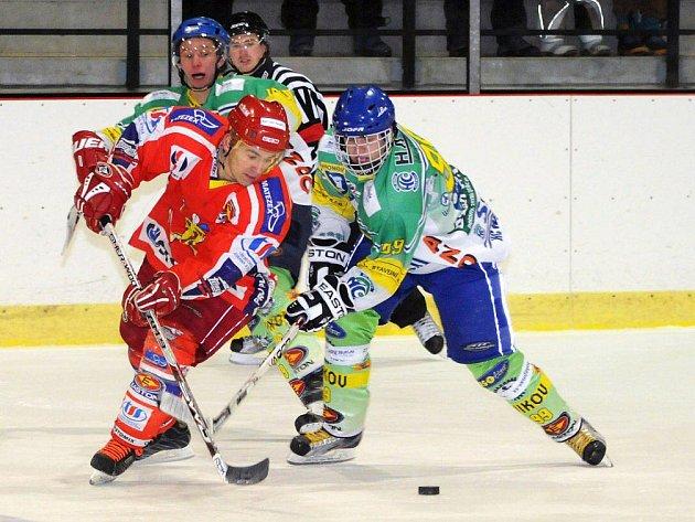 Hokejisté Hronova (v zeleném) se s první částí Krajské ligy rozloučili vysokým vítězstvím nad Třebechovicemi.