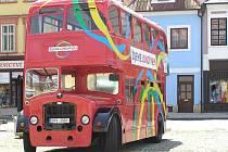 Nepřehlédnutelný historický autobus lákal včera po celý den na jaroměřském náměstí lidi k návštěvě. Kdo vstoupil dovnitř, dozvěděl se plno informací o českém olympijském týmu a také samotné olympiádě, která v  Londýně bude příští rok.