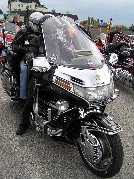 Spanilá jízda mmotocyklů z celé Evropy odstartovala od Rozkoše směrem na Kuks.
