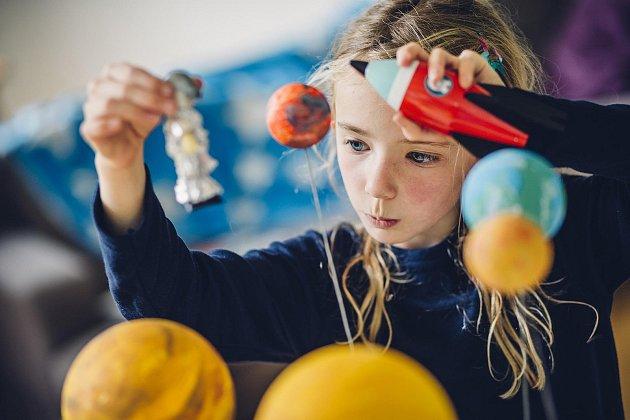 Děti učící se v programu Začít spolu jsou hodnoceny slovně a baví se Hejného matematikou. Dovednosti a znalosti žáčků uřitelé rozšiřují i prostřednictvím projektové výuky.