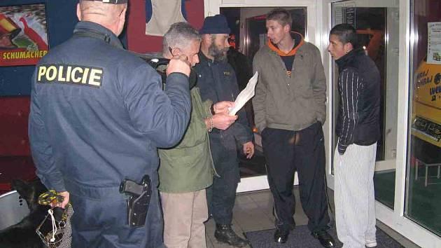 Policisté pátrají po celostátně hledaných osobách.