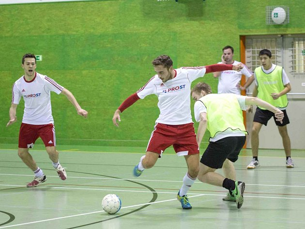 LETOŠNÍ ročník fotbalové Jaroměřské Prost Fain ligy firem se stal kořistí týmu Prost, pro něhož to bylo už čtvrté prvenství v řadě.