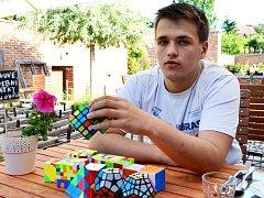 Sedmnáctiletý Matěj Grohmann z Červeného Kostelce, student druhého ročníku Jiráskova gymnázia v Náchodě, sbírá ocenění v soutěžích skládání Rubikovy kostky.