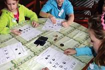 ŠKOLÁCI při dvouhodinovém vzdělávacím programu poznávali život v krajině zimního Broumovska.