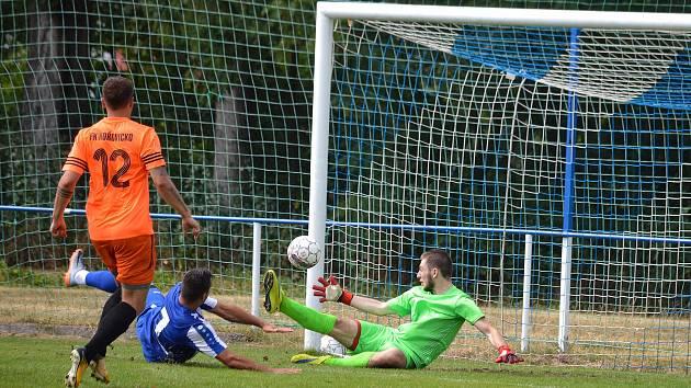 Na 2:0 zvyšuje pro Náchod Michal Rojšl (v modrém).