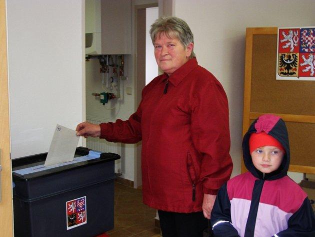 Jako první odvolila ve volební místnosti v Suchém Dole v pátek deset minut po 14 hodině Jarmila Barešová.