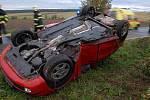 Nehoda u Bohuslavic na Náchodsku, jedna osoba byla zraněna. Automobil skončil v pondělí na střeše, zpět na kola vrátili škodovku až hasiči.