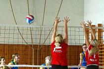 Zbečnická smečařka  Frýbová (vpravo) se snaží vyhnout dvojbloku hráček Slavie Hradec Králové.