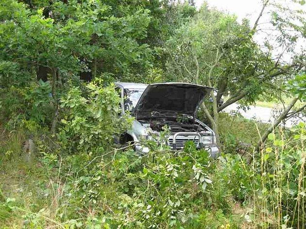 Vozidlo i s řidičem skončilo v lese