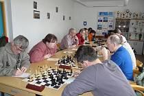 Souboj šachistů Dvora Králové nad Labem a Jaroměře vyzněl lépe pro domácí, kteří vyhráli o jediný bod.