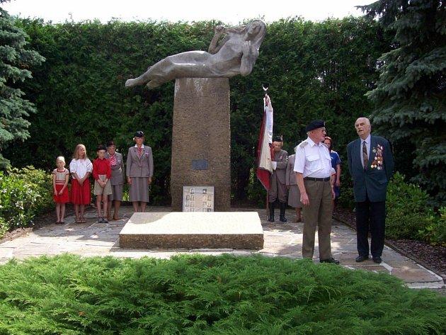 Odvážlivce, kteří se postavili nacistům za 2. světové války, pomáhali výsadkářům a doplatili na to životem, uctili lidé všeho věku v sobotu pietním aktem na Končinách, v Bohdašíně a v Malých Svatoňovicích.